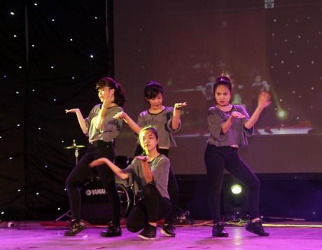 Điệu nhảy sôi động của các nữ sinh cuối cấp