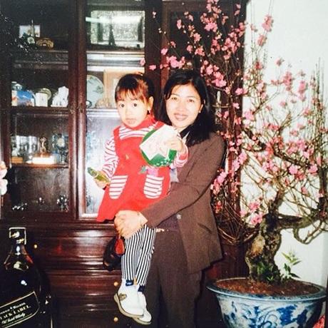 Quỳnh Anh chia sẻ bức ảnh đáng yêu của hai mẹ con thời cô còn bé