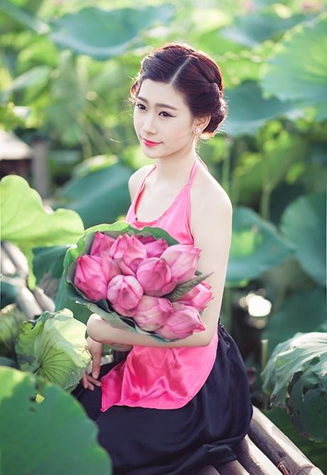 Nguyễn Khánh Ly e ấp bên những đóa sen đầu mùa