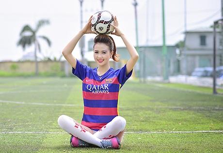 Nữ sinh ĐH Công nghiệp yêu mến đội bóng Barcelona