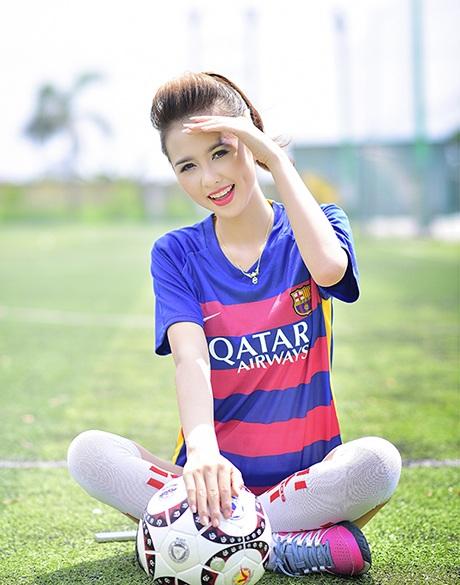 Huyền Giang vẽ cả màu áo của Barcelona lên đuôi mắt