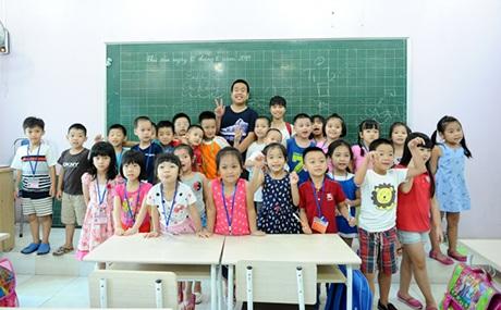 Lớp học của Đỗ Nhật Nam và các học sinh nhí.