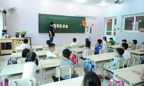 Đỗ Nhật Nam vừa về Việt Nam nghỉ hè được vài ngày đã mở lớp dạy tiếng Anh miễn phí cho các em nhỏ.