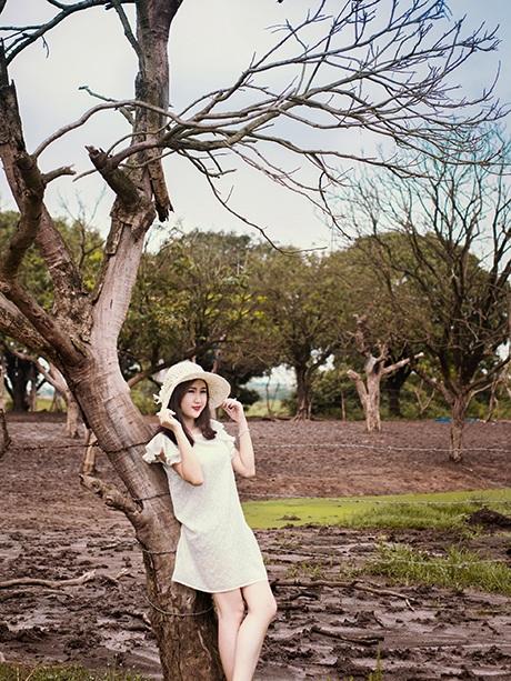 Nhiếp ảnh và người mẫu phải lội bùn để có được bức ảnh đẹp trong vườn nhãn những ngày mưa