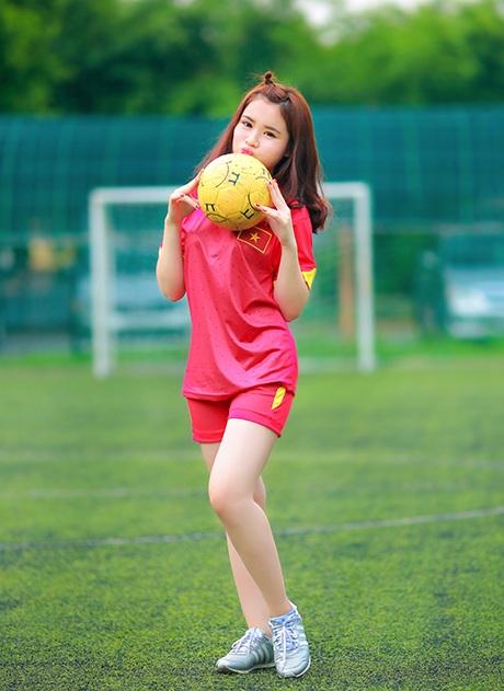 Nữ sinh Đồng Nai mặc áo đấu mừng chiến thắng của U23 Việt Nam