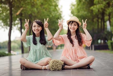 Bộ ảnh Friendship kỷ niệm tình bạn của hai nữ sinh Ngoại giao