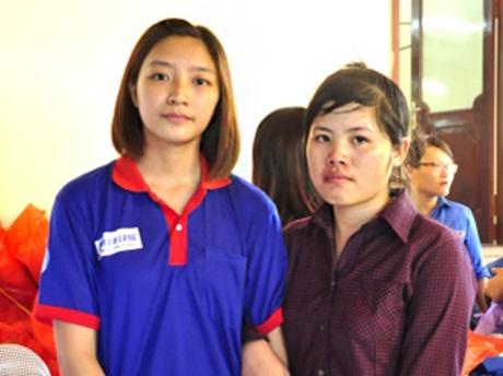 Phạm Thị Nhung (bên phải) và sinh viên tình nguyện Vũ Thu Hằng (bên trái)
