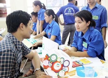 Các sinh viên tình nguyện tại bến xe Giáp Bát tiếp đón, hướng dẫn thí sinh