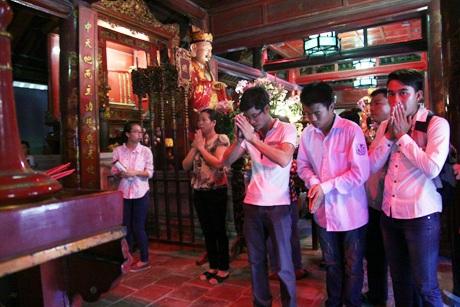 Nơi thờ Khổng Tử bên trong điện Đại Thành luôn có rất đông sĩ tử và phụ huynh cầu khấn.