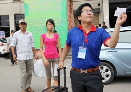 Nữ sinh viên tình nguyện xinh đẹp không ngại nắng nóng nhiệt tình giúp đỡ thí sinh