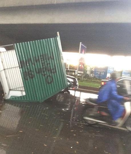Bạn Nguyễn Kim Sơn chia sẻ ảnh một chòi tôn bay ra giữa đường trong cơn giông ở bến xe Mỹ Đình