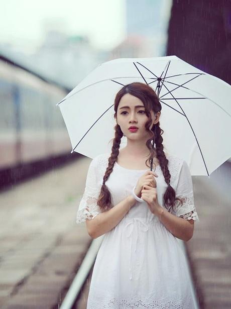 Cô chia sẻ bộ ảnh dạo bước dưới cơn mưa Sài Gòn, nơi cô sinh ra và lớn lên