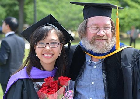 Ngô Thu Hương cùng với giáo sư của mình tại ĐH Wesleyan
