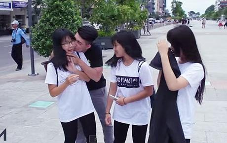 Hình ảnh trong clip Kiss Cam của bạn trẻ Việt