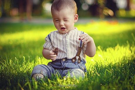 Cậu bé chỉ mới 8 tháng tuổi nhưng đã rất lém lỉnh