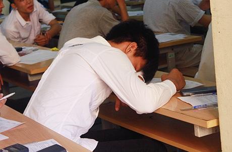 Một số thí sinh mệt mỏi vì phải dậy sớm và thời tiết nắng nóng, ngủ gục xuống bàn đợi đến giờ thi