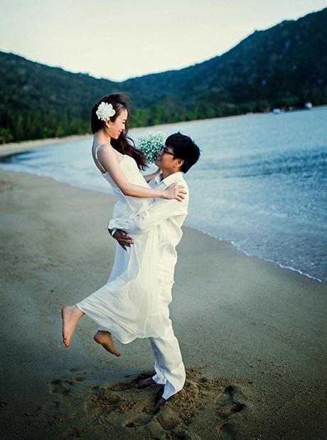 Bộ ảnh với những bối cảnh lãng mạn tô thêm phần nào chuyện tình ngọt ngào ấy.