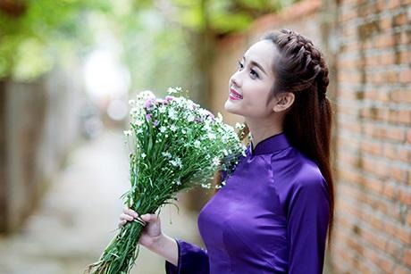 Nét đẹp dịu dàng của Ngọc Ánh làm tôn lên vẻ thướt tha của tà áo dài Việt.