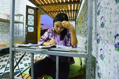 Thúy ôn bài trong KTX trường ĐH Kinh tế Quốc dân