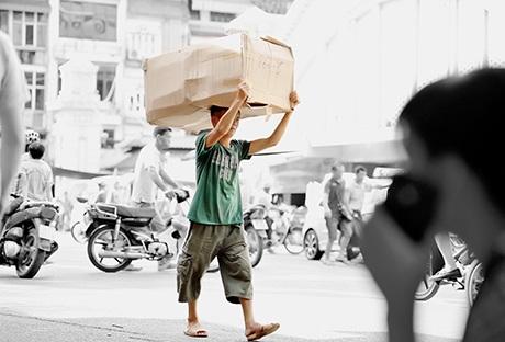 Người lao động khuân vác hàng hóa ở chợ Đồng Xuân