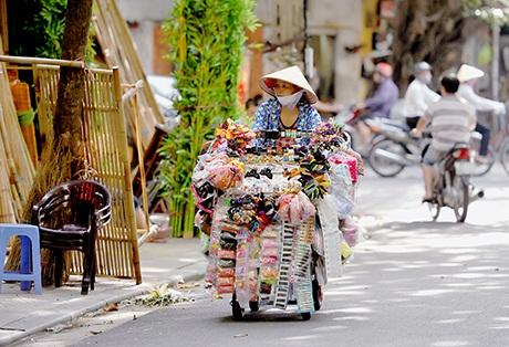 Người bán dạo hàng tạp hóa trên phố Hàng Bồ