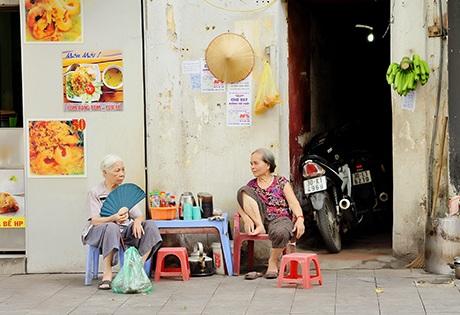 Các cụ già ngồi chuyện trò nơi góc phố là hình ảnh đã quá thân quen với người dân Hà Nội
