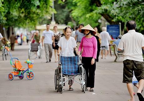 Bờ hồ Hoàn Kiếm, nơi thu hút đông người tản bộ, dạo mát