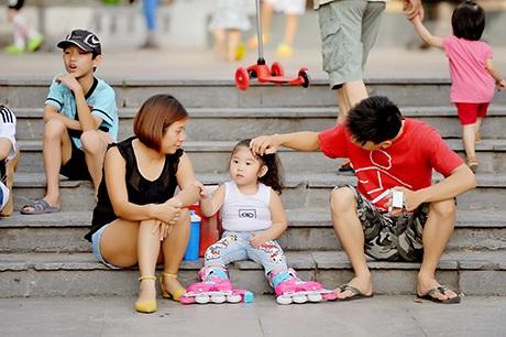 Những gia đình nhỏ đưa con đi chơi công viên cuối tuần