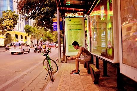 Góc đợi xe buýt ở Hà Nội