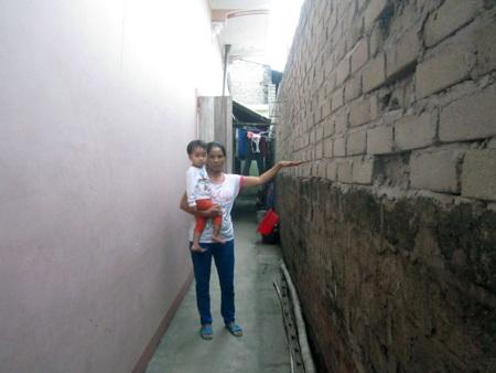 Xưởng luyện phôi thép chỉ cách tường nhà dân chưa đầy nửa mét.