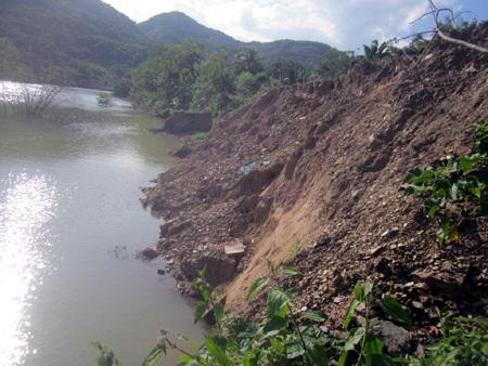 Và những điểm sạt lở nghiêm trọng đang xảy ra kể từ ngày dòng thủy điện Nậm Nơn tích nước...