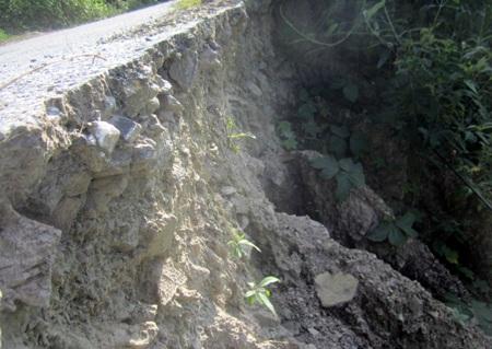 Con đường nhựa duy nhất vào xã Lượng Minh cũng đã xuất hiện một số điểm sạt lở nghiêm trọng.