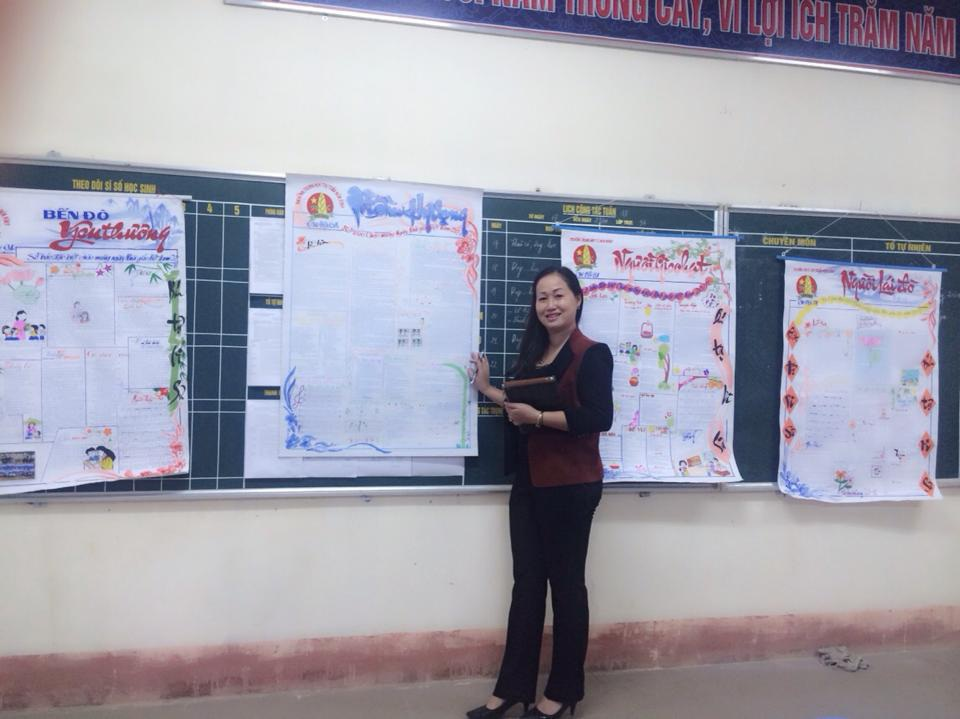 Cô giáo bên những trang báo tường đặc biệt.