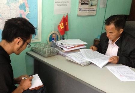 Ông Lầu Và Chồng - Chủ tịch UBND xã Na Ngoi đang trao đổi với PV.