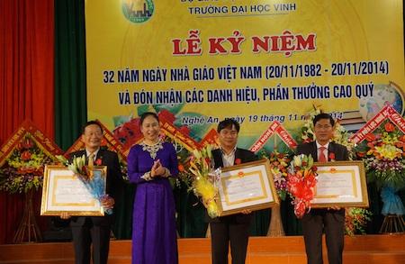 Và tặng Bằng khen của Thủ tướng Chính phủ cho 3 giáo viên.