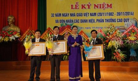 Bà Đinh Thị Lệ Thanh tặng bằng khen cho 3 nhà giáo ưu tú.