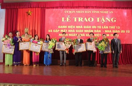 10 nhà giáo ưu tú được vinh danh vì đã có thành tích xuất sắc trong quá trình công tác giảng dạy.