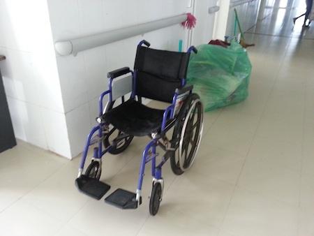 Chiếc xe của nạn nhân để lại ở hành lang bệnh viện.