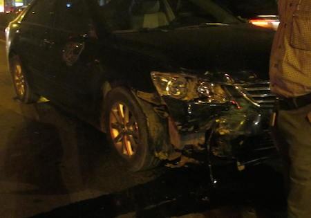 Do chạy tốc độ quá nhanh, chiếc xe Camry gây tai nạn liên hoàn tại khu vực đèn đỏ.