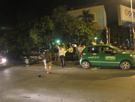 Chiếc xe taxi đang dừng đèn đỏ cũng bị xe Camry đâm từ phía sau gây hư hỏng.