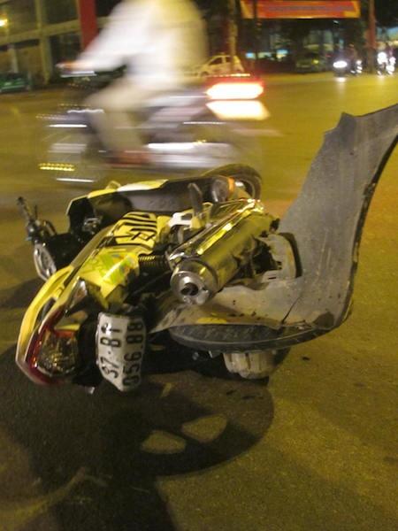Người điều khiển xe máy phải nhập viện.