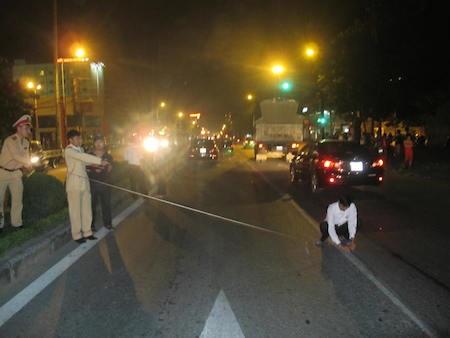 Cảnh sát giao thông có mặt giải quyết tai nạn.