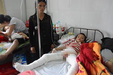Cháu Bùi Khắc Vinh đang điều trị tại Bệnh viện nhi Nghệ An.