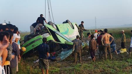 Hiện trường chiếc xe khách gặp nạn làm 1 người chết, 21 người bị thương.