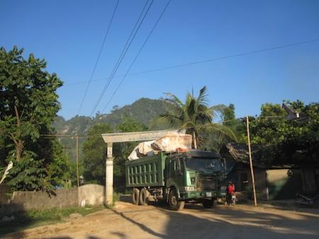 Những chiếc xe tải chở đá cỡ lớn cày nát con đường.