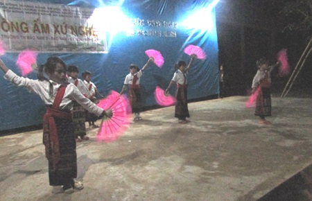 Đại diện anh em sinh viên trao tấm biển Tiên học lễ hậu học văn cho trường tiểu học Bảo Nam 2.