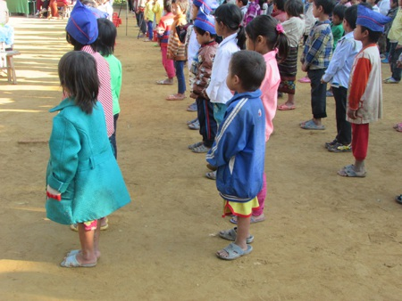 Những đứa trẻ mang áo trên mùa đông dưới mùa hè.