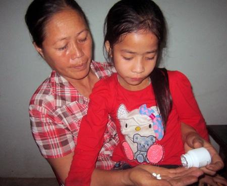 Giờ Nguyệt có thể đến trường và đi học đều với các bạn cùng trăng lứa.