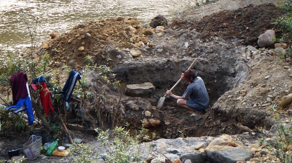 Dòng Nậm Huống bị đào bới rất nhiều chỗ, từ giữa lòng hoặc cạnh các bụi cây.