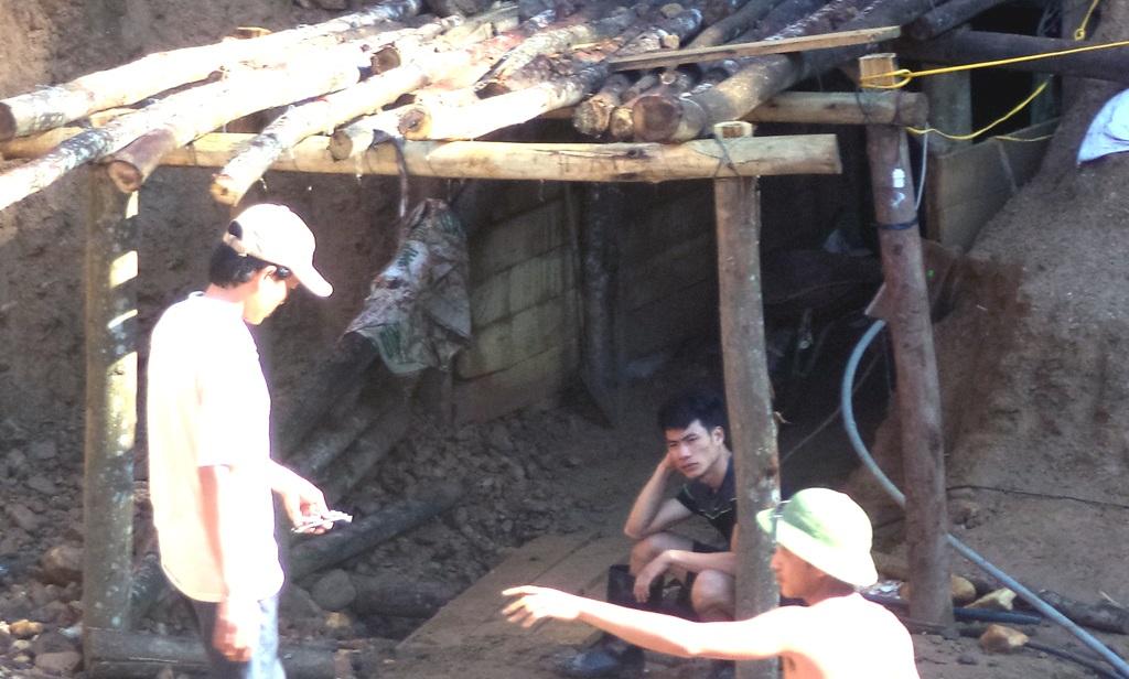 Một nhóm người khai thác quặng trái phép tại đồi Kên Kên đã bị cơ quan chức năng dẹp bỏ.